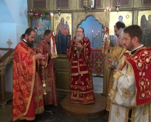 Дядо Йоаникий по време на света литургия Благославяйки Народа със св. Причастие